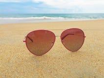 Óculos de sol na praia Fotografia de Stock Royalty Free
