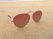 Óculos de sol na praia Fotografia de Stock