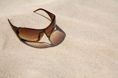 Óculos de sol na praia. Imagem de Stock Royalty Free
