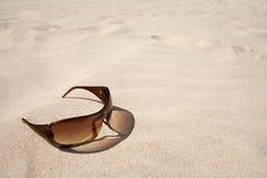 Óculos de sol na praia. Fotografia de Stock