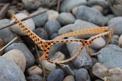 Óculos de sol na praia Fotos de Stock Royalty Free