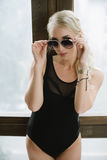 Óculos de sol nas mãos das mulheres Imagens de Stock