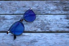 Óculos de sol no assoalho de madeira Foto de Stock
