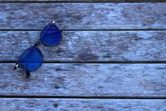 Óculos de sol no assoalho de madeira Fotos de Stock