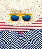 Óculos de sol no chapéu com do short vida listrada ainda Foto de Stock