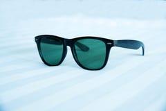 Óculos de sol no fundo branco Fotografia de Stock Royalty Free