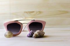 Óculos de sol no fundo de madeira, feriados no mundo ensolarado Fotografia de Stock Royalty Free
