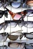 Óculos de sol no indicador Foto de Stock