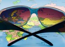 Óculos de sol no mapa Fotografia de Stock