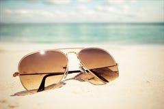 Óculos de sol no Sandy Beach no verão foto de stock royalty free