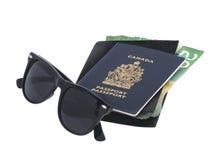 Óculos de sol, passaporte e dinheiro Fotos de Stock Royalty Free