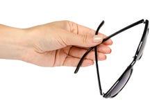 Óculos de sol plásticos à moda com a mão isolada no fundo branco fotos de stock