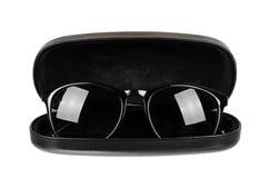 Óculos de sol plásticos à moda com o recipiente isolado no fundo branco fotos de stock