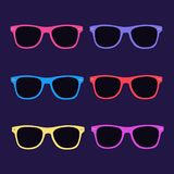 Óculos de sol retros em um fundo escuro foto de stock royalty free