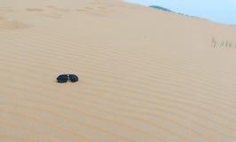 Óculos de sol sós no deserto fotografia de stock