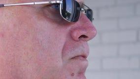 Óculos de sol seguros de Image Wearing Black da escolta que fazem o trabalho da segurança vídeos de arquivo