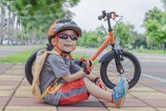 Óculos de sol de um menino idoso de quatro anos e capacete de segurança vestindo Imagens de Stock