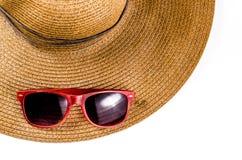 Óculos de sol vermelhos e chapéu da praia isolado no branco Fotografia de Stock Royalty Free