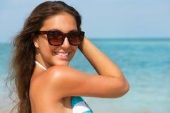 Óculos de sol vestindo da mulher Imagens de Stock