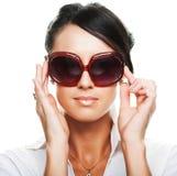 Óculos de sol vestindo da mulher bonita da forma foto de stock royalty free