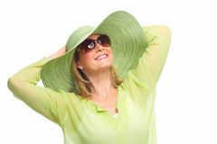 Óculos de sol vestindo da mulher e um chapéu. Fotografia de Stock