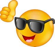Óculos de sol vestindo de sorriso do emoticon que dão o polegar acima Imagem de Stock Royalty Free