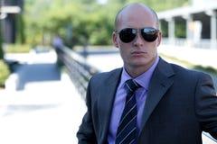 Óculos de sol vestindo do homem de negócios Imagem de Stock