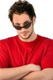 Óculos de sol vestindo do homem fresco fotografia de stock royalty free