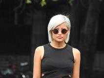 Óculos de sol vestindo do louro sério da platina foto de stock royalty free