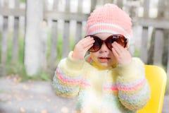 Óculos de sol vestindo do miúdo Fotos de Stock