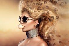 Óculos de sol vestindo do retrato modelo da menina Fotos de Stock Royalty Free