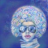 Óculos de sol vestindo e lenço da jovem mulher à moda Fotografia de Stock Royalty Free