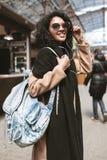 Óculos de sol vestindo de sorriso e fones de ouvido da menina afro-americano Retrato da menina agradável com o cabelo encaracolad fotos de stock