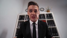 Ódio do empresário do homem de negócios você no escritório video estoque