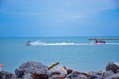 Łódkowaci ludzie w morzu Obraz Royalty Free