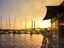 Łódkowaci moorages z mostem na tle przy Docklands Fotografia Stock
