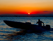łódkowata istoty ludzkiej silnika sanset sylwetka Venice fotografia stock