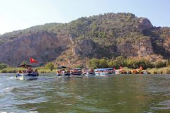 Łódkowata wycieczka w Turcja na Dalyan rzece antyczni Lycian grobowowie zdjęcia stock