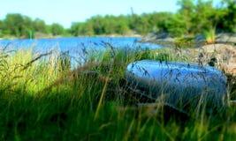 Łódkowaty do góry nogami w zielonej trawie zdjęcia royalty free
