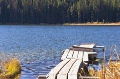 Łódkowaty dok na jeziorze Zdjęcia Royalty Free