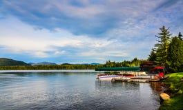 Łódkowaty dok na lake placid Obrazy Stock