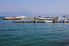 Łódkowaty dok na wielkim jeziorze Zdjęcia Royalty Free