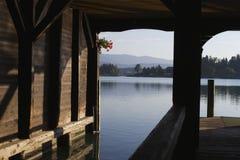 Łódkowaty dom przy jeziorem Fotografia Royalty Free