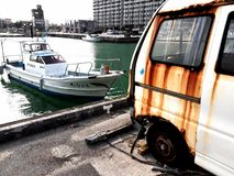 Łódkowaty i stary samochód zdjęcia stock