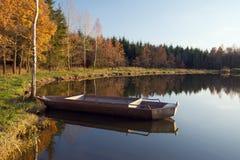 łódkowaty pobliski brzeg Zdjęcia Stock