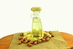 Óleo de amendoim com os amendoins inteiros e descascados Fotos de Stock