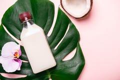 Óleo de coco e folhas e flores tropicais Conceito dos termas dos cuidados capilares fotos de stock