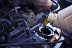 Óleo de motor que derrama ao motor de automóveis Preço do petróleo brutos imagem de stock royalty free