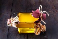 Óleo de noz na garrafa e nas porcas Foco seletivo Imagens de Stock Royalty Free