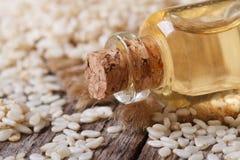 Óleo de semente do sésamo em uma garrafa de vidro com uma cortiça Fotografia de Stock